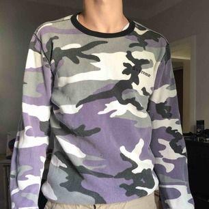 Supreme sweatshirt passar både M och XL beroende på hur man vill den ska sitta. Lite urtvättad men inga flaws skick kanske 7/10, frakt tillkommer😇