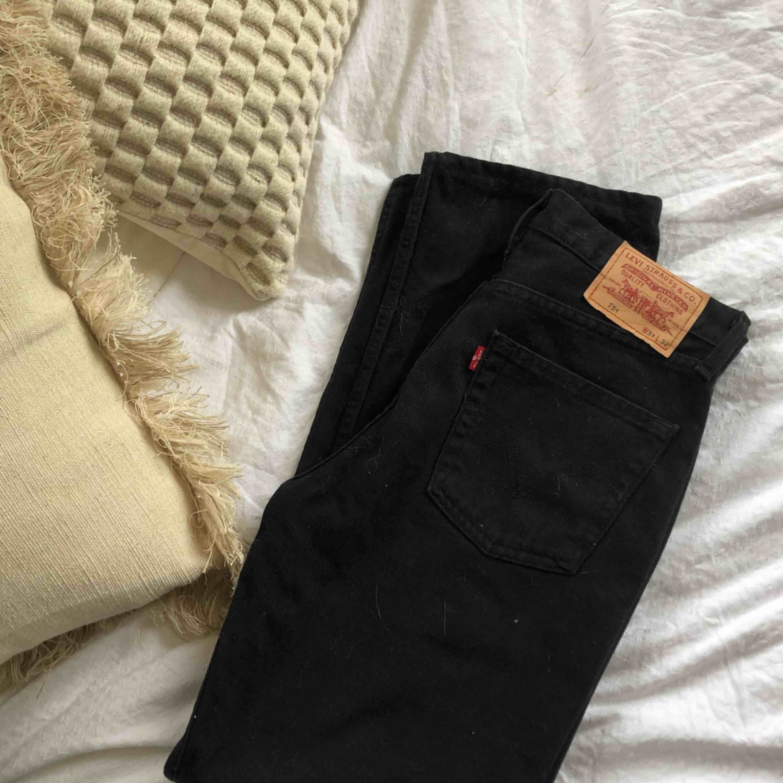 Vrålsnygga jeans från Levis. Lite högre i midjan än 501 skulle jag säga. Väldigt fint skick, ser nya ut. Säljer dem då jag redan har ett par till svarta.. Jeans & Byxor.