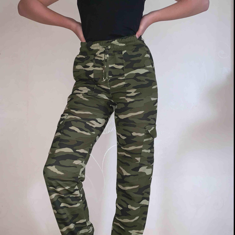 Snygga kamouflage cargobyxor i bekvämt stretchigt material. Nyskick!! Frakt tillkommer . Jeans & Byxor.