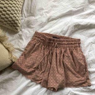Shorts i fejkmocka från Zara. Väldigt fint skick.