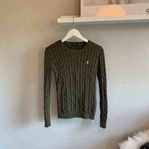 Militärgrön kavelstickad tröja från Ralph Lauren Nypris: 1295 kr  Mitt pris: 300 kr  Använd ett fåtal gånger (max 3 ggr)