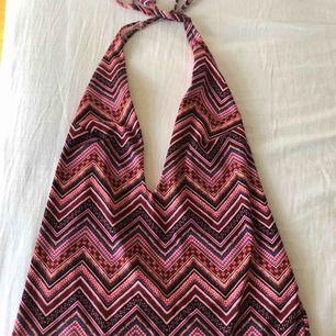 Baddräkt från H&M med fint mönster, urringad och djup rygg bak! Fråga gärna efter fler bilder :)