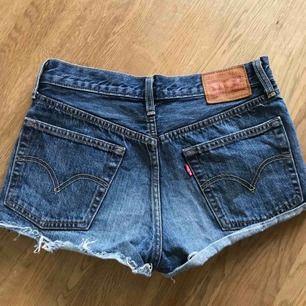 Blåa Levi's 501 shorts, storlek w26 (tror de är mid rise) Frakt bjuder jag på :)