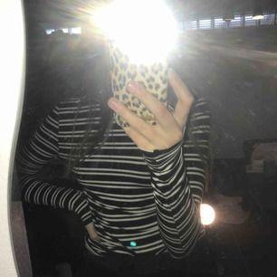 Säljer en randig tröja från GinaTricot i strl XS för 50kr+frakt. Har även en likadan i svart att sälja, skriv för bild😊