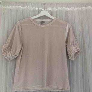 Ljusrosa Velourtshirt från Asos. Använt 2-3 ggr.