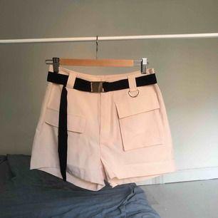 Helt nya och oanvända cargo shorts från prettylittlething med prislapp kvar 🌸 köparen står för frakt eller så möta jag upp på Södermalm i Stockholm