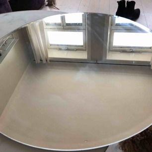 Rund spegel från Ikea. Cirka 55cm i diameter.