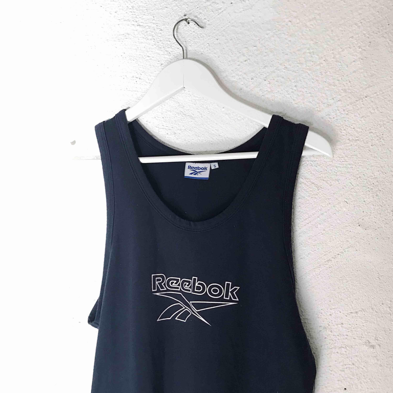 Fint Reebok-linne köpt på secondhand för längesen. Skulle definitivt rekommendera göra den till en crop top men ville sälja i full skick!! Kan skicka fler bilder hur den ser ut instoppad. 🥰 Frakt tillkommer 🌹. T-shirts.