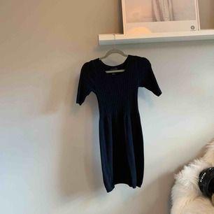 Stickad klänning, knappt använd! Det står att storleken är M, men den är liten i storleken så passar en XS.