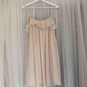 Väldigt fin klänning från Gina. Står storlek S men kan säga att den är S-L. Den är väldigt stretchig i innertyget. Använt en gång.