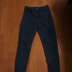 Väldigt högmidjade och stretchiga jeans från newyorker.  Super cool färg.  Frakt betalas själv 🥰