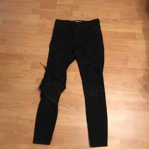 Väldigt fina jeans som tyvärr har spruckit vid ett redan befintligt hål.  Storlek 42 men små i storleken. Frakt betalas själv🥰