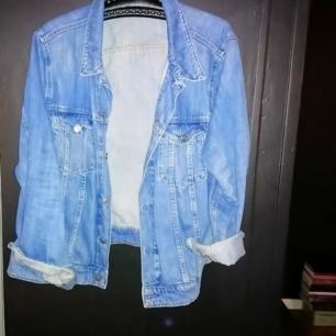 Boxig, oversized jeansjacka, vet inte märke då lappen är borta men köpt på beynd retro för ca 600 slantar, väldigt bra skick!
