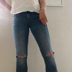 Blåa bootcuts från crocker jeans. De är storlek W28 L33 men passar mig som vanligtvis har 30 i längd. Tyvärr är en hällorna trasiga (se bild 3) därav priset. Det är dock mycket lätt att laga.  De är inte gröna som på bilden. Bjuder på frakt 💓