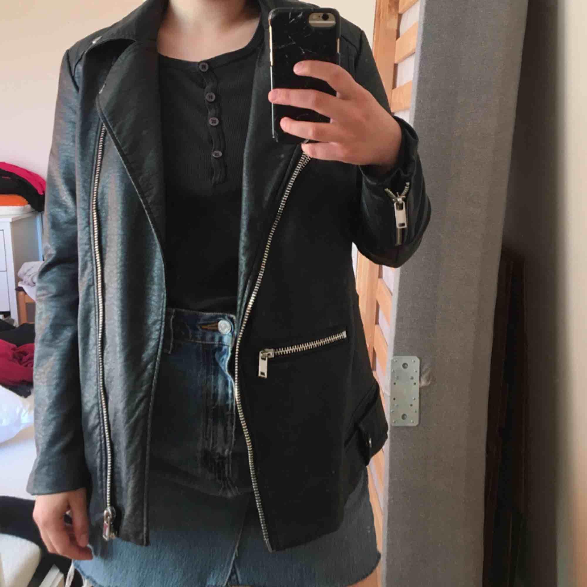 Skinn jacka från H&M, inget äkta skinn såklart :) Passar mer som 36 än 38. Jackor.