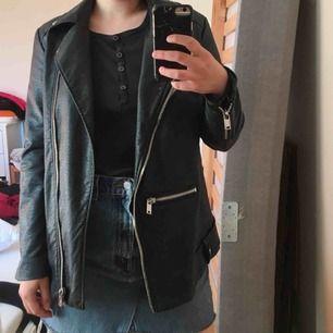 Skinn jacka från H&M, inget äkta skinn såklart :) Passar mer som 36 än 38