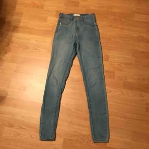 Super fina jeans och jätte bra pass form.  Super ball färg och jätte coola sömmar. Frakt betalas själv🥰🥰