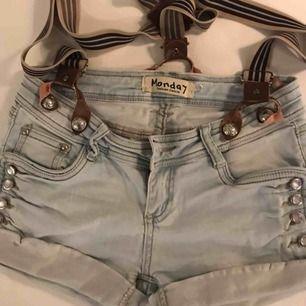 Snygga shorts från märket monday. Saknar en knapp men det går lätt att fixa.