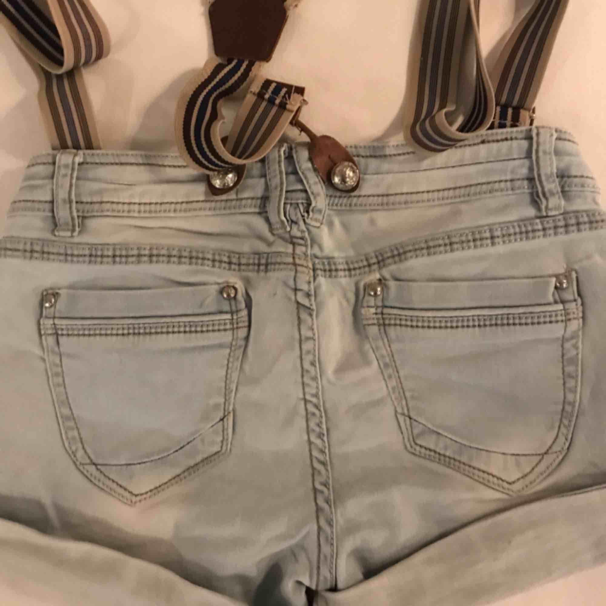 Snygga shorts från märket monday. Saknar en knapp men det går lätt att fixa. . Shorts.