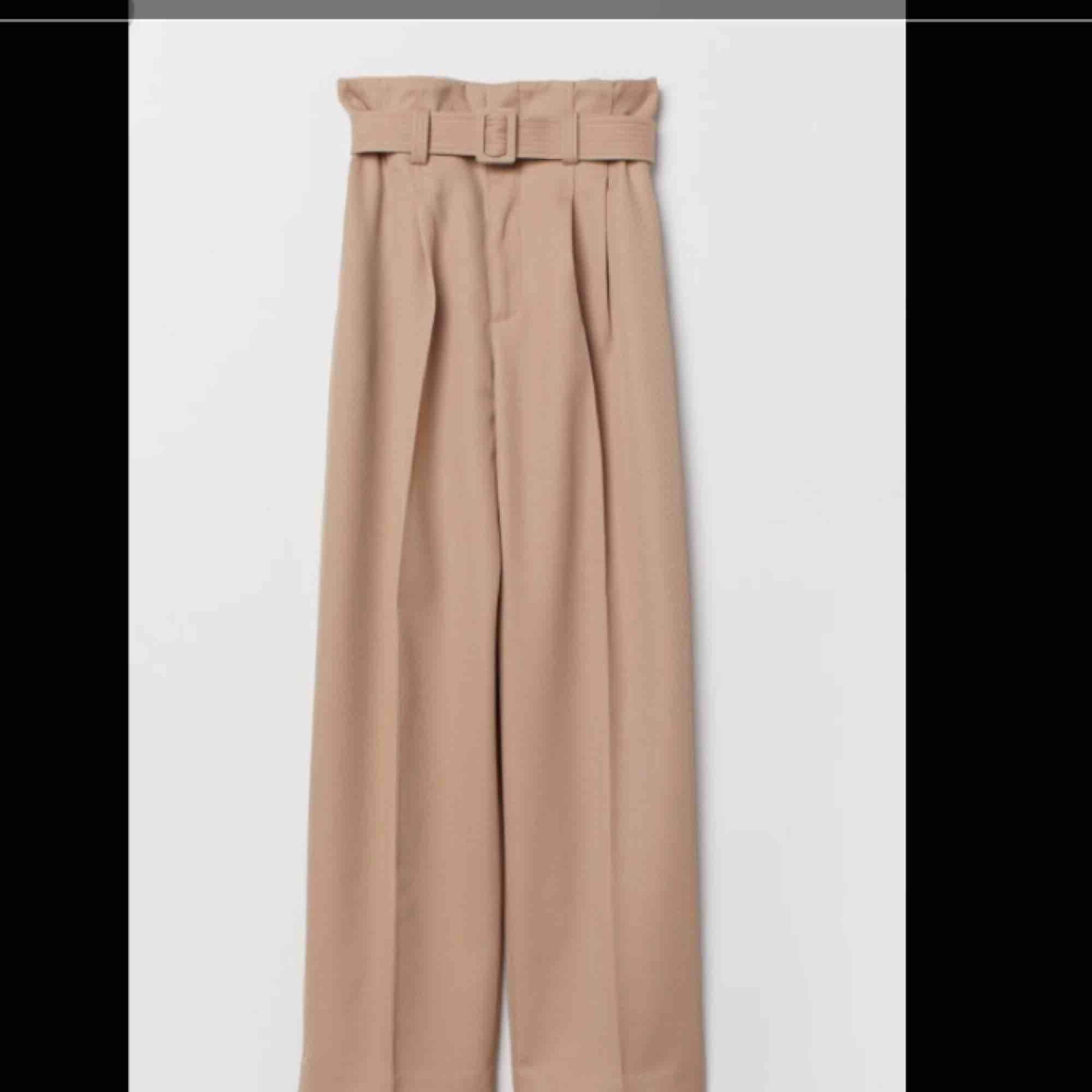 Endast använda 1 gång! Beige, rak, paper bag byxa med pressveck ifrån H&M trend. Nypris 499kr :) Köparen står för frakten. Jeans & Byxor.