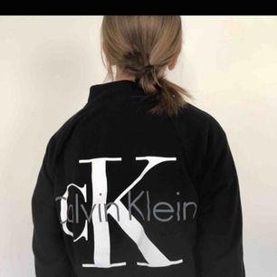Skön och mjuk tröja med dragkedja och fickor frpn Calvin Klein, nästan aldrig använd, nypris 900kr