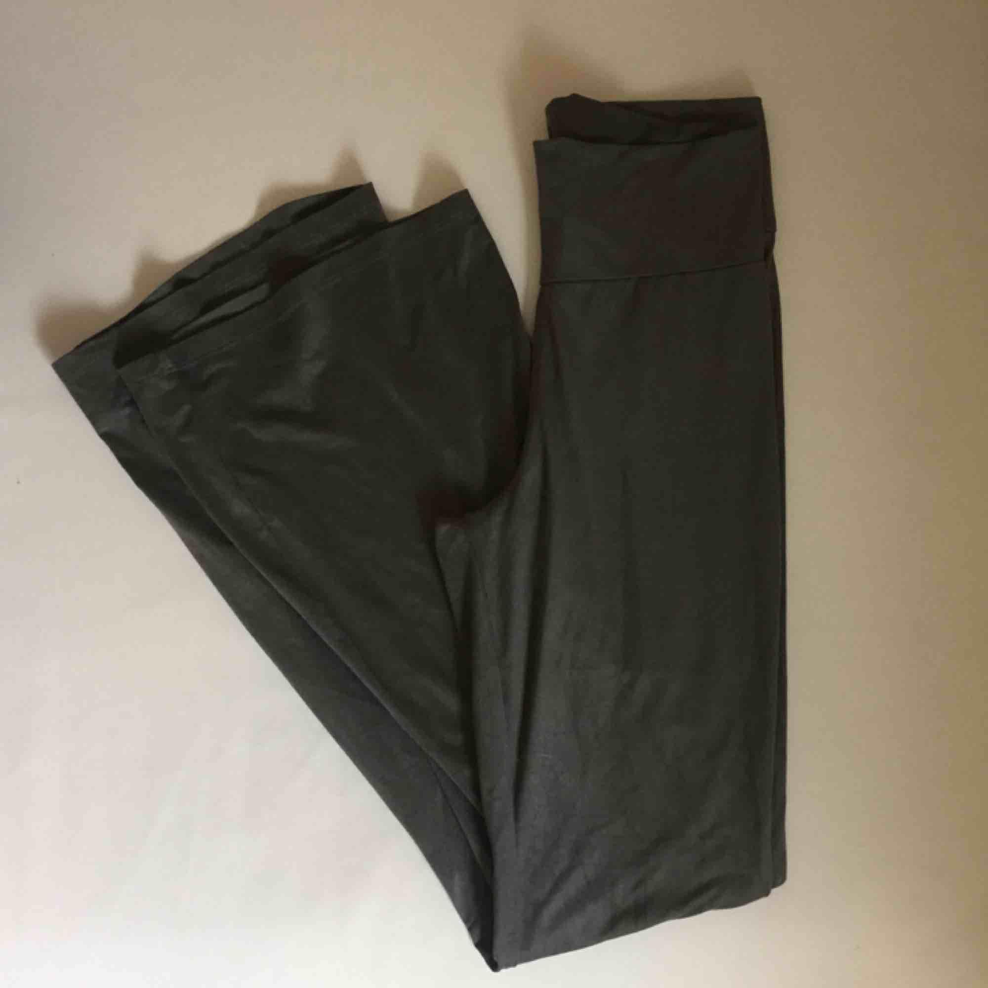 Supermysiga utsvängda gråa jazzbyxor i mockaimitation! Välanvända. 📬 Frakt 55 kr.. Jeans & Byxor.