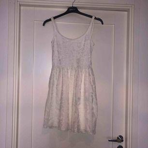 Vit kort klänning. Passar bra till studenten. trpr även den passar S💕 du står för frakt ca 42kr