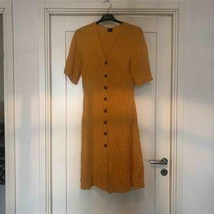 Snygg gul klänning med knappar från Gina Tricot. Måste bara strykas så blir den supersnygg, legat i en låda. Använd vid endast ett tillfälle.💕 du står för frakt ca 42kr
