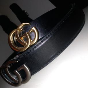 Två fina [fake] Gucci bälten 💫  Säljer Pga för stora (typ M-L) och kommit endast till användning några få gånger. Båda för 150kr, annars en för 100kr ☺️  Den metall färgade kan vara lite mer som en L tror jag.  Frakt tillkommer.  OBS: Endast den metall färgade kvar (: