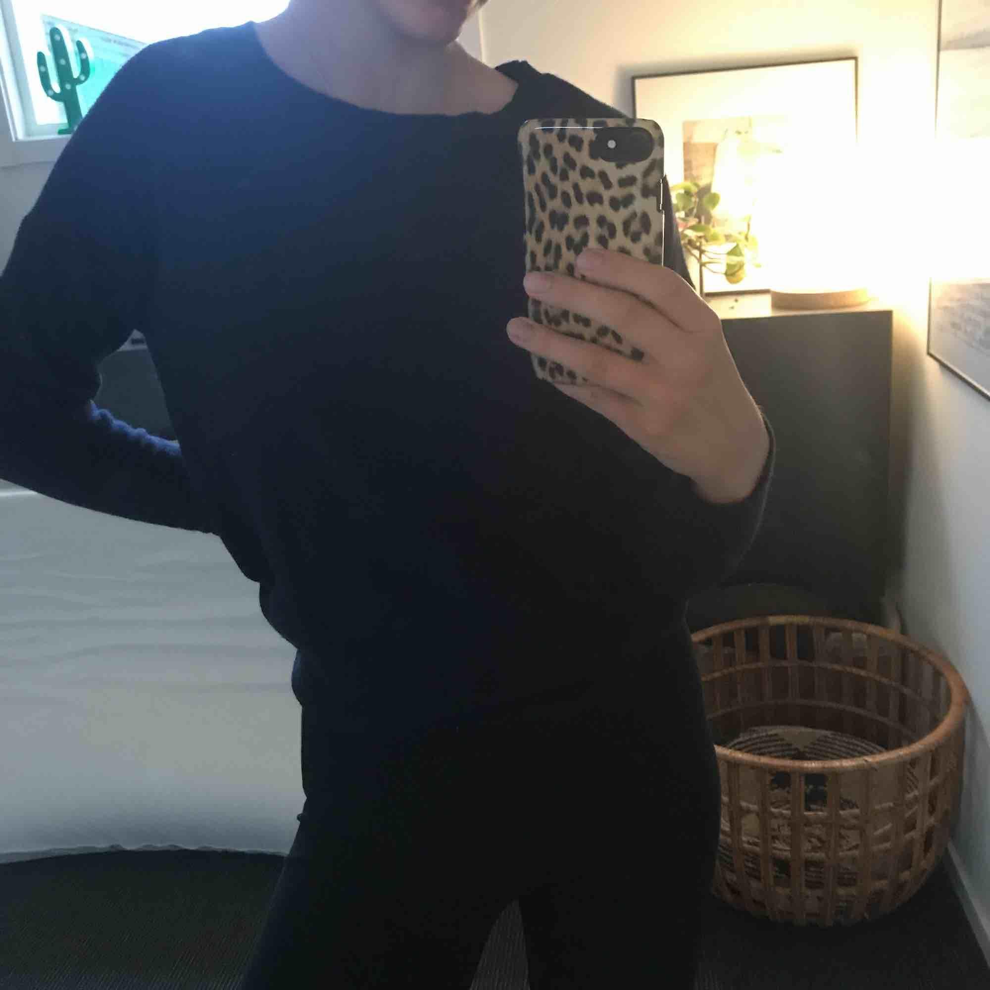 Tunt stickad tröja! Den ser svart ut men den är mörk marin blå, den har också knappar på ryggen💛. Stickat.