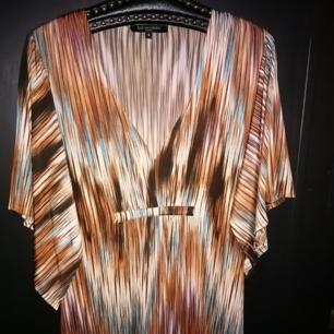 Långklanning från Ilse Jacobsen, nypris 1800kr. Passar upp till XL!   Den sista bilden visar modellen men det  är klänningen med färgerna på första bilden som jag säljer, appen vägrar ta med hela bilden... Väldigt fint skick!   Inte helt omöjlig med priset, men inga skambud😉