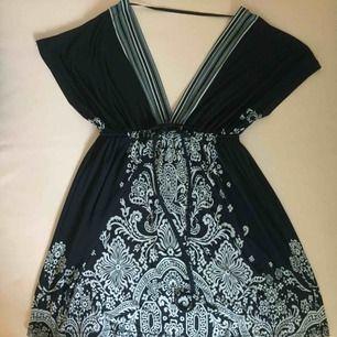 Snygg mörkblå klänning från Love Culture. Ingen storlekslapp men typ en S. 📬 Frakt 63kr