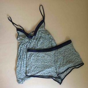 Ett pyjamasset med linne och shorts i pastelliga färger och lila kantdetaljer. Från Victoria's Secret 😍 Endast använt någon enstaka gång! 📬 Frakt 55 kr.