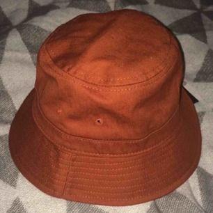 Oanvänd buckethat från Weekday i storlek S. Fraktar ej men möts gärna upp och tar endast betalt via Swish.