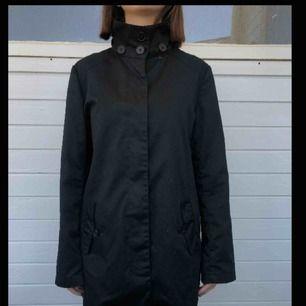 Jacka med lite olika knäppningar från H&M divided. Den är i strl M/38. Lagom varm till våren. Den är i bra begagnat skick utan hål eller fläckar.   Personen på bilden är 158 cm.