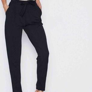 Svarta byxor i kostym-material med knytning i midjan. Fraktar ej men möts gärna upp och tar endast betalt via Swish.