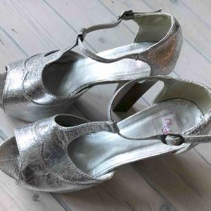 Höga silvriga skor från Nelly med träklack. Använda 1-2 ggr.
