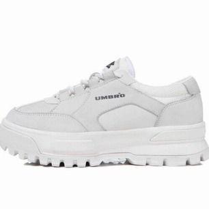 Umbro skor Med reflex köpta utomlands. Använda 3 ggr, inga skador! Finns inte i Sverige än. Sänker ej pris!  Nypriset var 2400kr Kan skicka flera bilder.