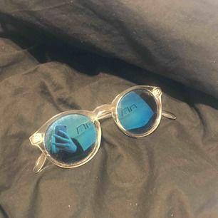 Genomskinliga solglasögon, köpte dom i Spanien och använda några gånger därför billigt pris!  Köpare står för frakt.
