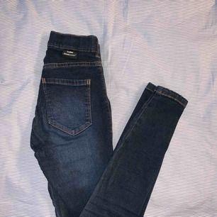 Mörkblå jeans ifrån dr denim, stl XS. Högmidjade och stretchiga:)