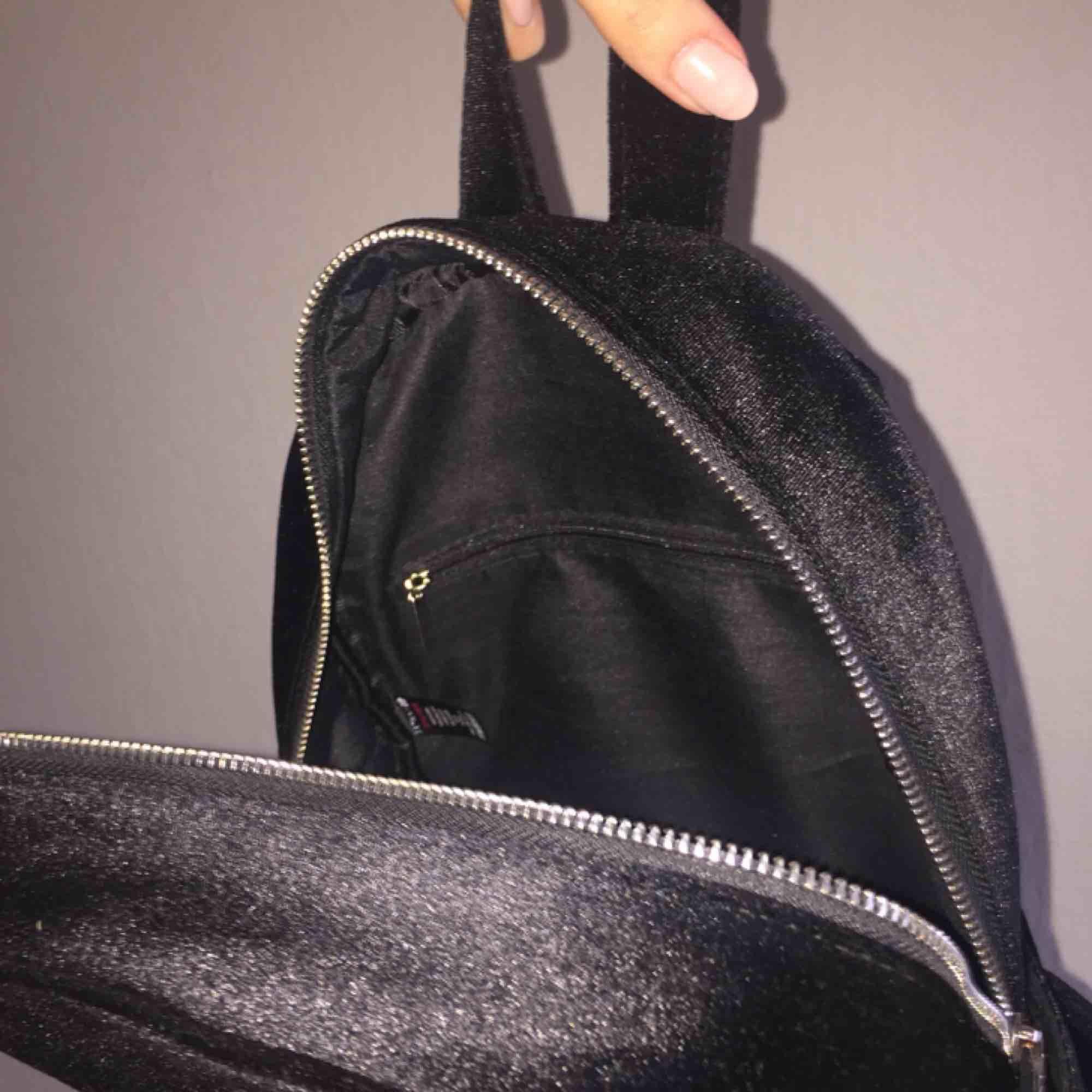 Väska eller ryggsäck i svart sammetliknande material! Använd någon fåtal gång men helt som ny. Köpt från ASOS. Väldigt fin men har inte kommit till användning, möts upp i Stockholm! Skriv om ni har övriga frågor :). Väskor.