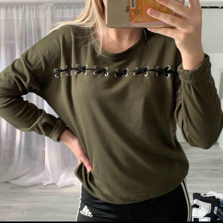 En snygg militär grön tröja med snörning! Säljer pågrund av den inte kommer till användning! Använd fåtal gånger! Frakt står köparen för! . Tröjor & Koftor.