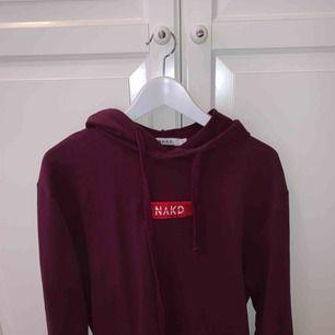 Vinröd/lila hoodie ifrån NAKD , stl S men jag har XS för vill ha den lite oversized