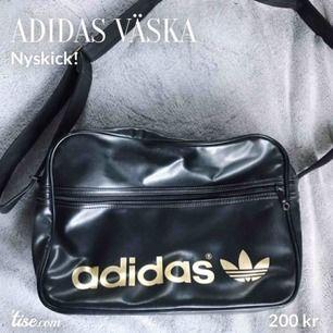 Svart väska från Adidas. Mycket bra skick! Ordinarie pris: 500 kr. Köparen står för frakten!