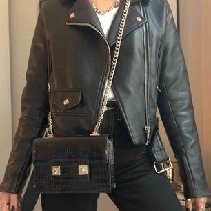 Super fin väska! Går både att ha på axeln och snett över (se bilder) Säljer då den inte kommer till användning