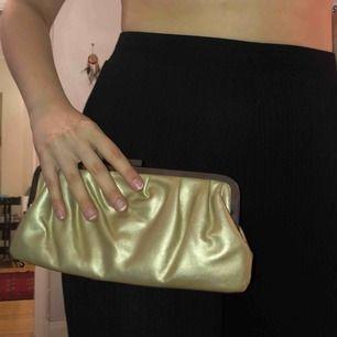 Guldig clutch ifrån Lancôme. Använd 1 gång. Perfekt till bal. FRI FRAKT
