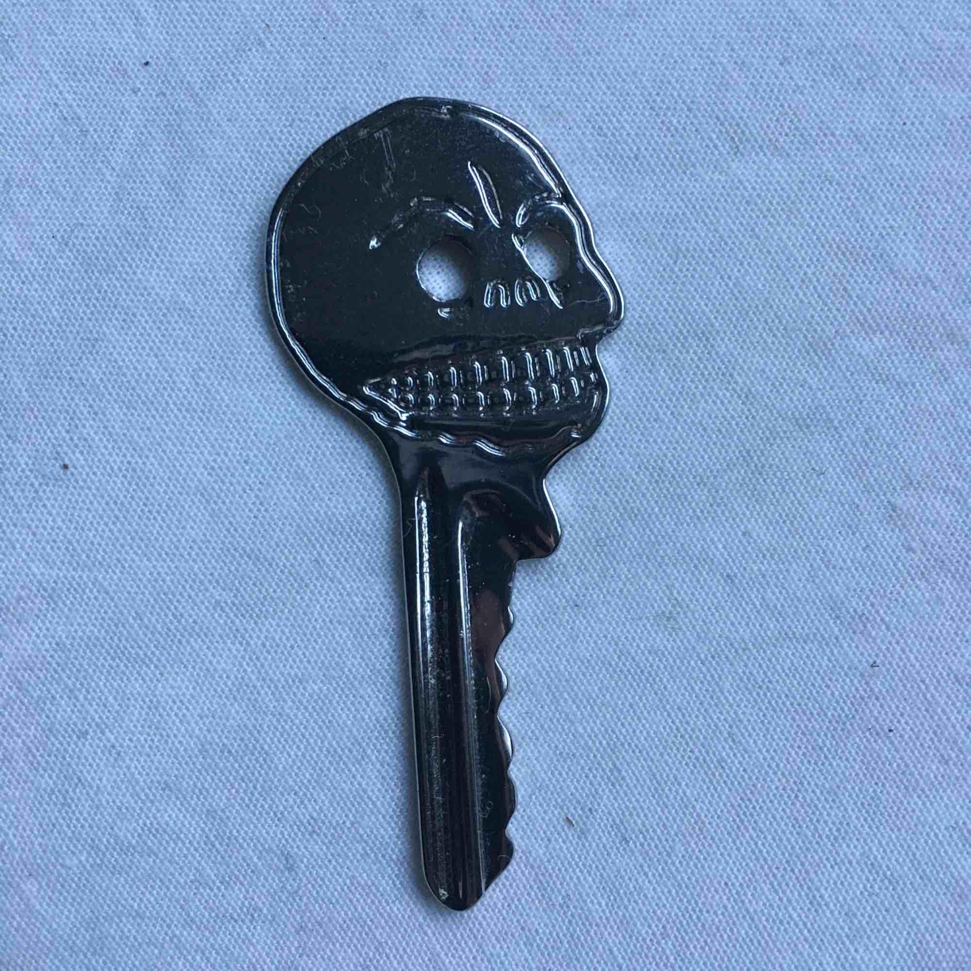 Kedja från cheap monday! Nyckeln får man med om man vill sätta fast! Köparen betalar frakt❣️. Övrigt.