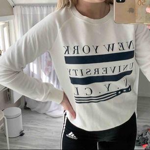En snygg college tröja från Gina med en liten fläck men inte alls synlig! Passar XS också!