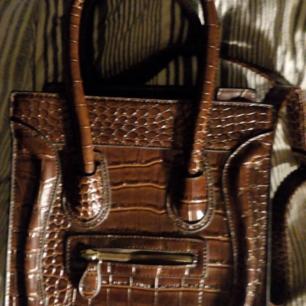 Jättefin brun krokopräglad väska, aldrig använd!  Köparen betalar frakt