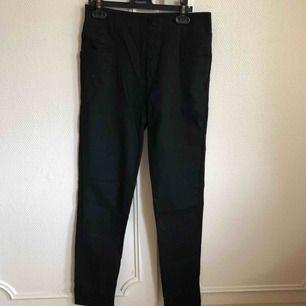 Ett par svarta stretchiga jeans som jag aldrig använt. De har bara legat i min garderob (därav skrynkliga) men annars som nya ☺️ Frakt ingår i priset men kan även mötas upp i Arvika/Karlstad 🌈 betalning sker via Swish eller kontant!